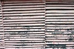 Grade oxidada do ferro com uma parede de tijolo foto de stock royalty free