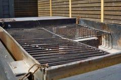 Grade preta vazia velha da grade pronta para grelhar a carne no local de acampamento Fotos de Stock Royalty Free