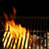Grade quente do BBQ, chamas brilhantes e carvões ardentes fotografia de stock