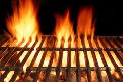 Grade quente do ferro fundido vazio do BBQ com fogo ardente do carvão vegetal imagem de stock royalty free