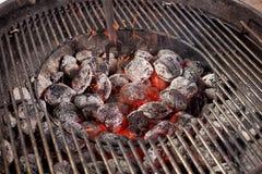 Grade quente vazia do assado do carvão vegetal com chama fotos de stock royalty free