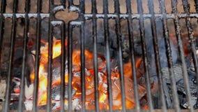 Grade quente vazia do assado do carvão vegetal com chama brilhante video estoque