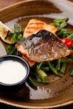 Grade Salmon Filet na placa com molho do aspargo imagem de stock royalty free