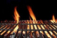 Grade vazia quente do BBQ do carvão vegetal com chamas brilhantes imagem de stock royalty free