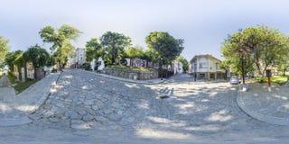 360 graden panorama van een straat in Plovdiv, Bulgarije Stock Foto's
