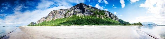 180 graden panoramisch schot van een leeg onaangeroerd strand in Northe Stock Afbeeldingen