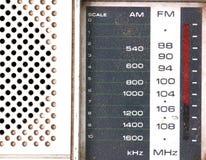 Gradera stämmaren av en Retro radio för tappning på vit bakgrund Royaltyfri Foto
