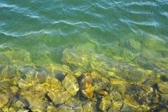 Gradiëntovergang van het overzees naar de steenbank stock fotografie