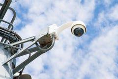 360 gradi di videosorveglianza sul primo piano del fondo del cielo blu S Fotografia Stock