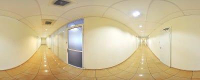 360 gradi sferici della proiezione di panorama, panorama in corridoio lungo vuoto interno con le porte ed entrate alle stanze dif Fotografia Stock