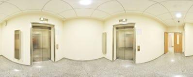 360 gradi sferici della proiezione di panorama, panorama in corridoio lungo vuoto interno con le porte ed entrate alle stanze dif Fotografie Stock