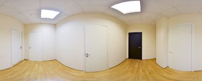 360 gradi sferici della proiezione di panorama, panorama in corridoio lungo vuoto interno con le porte ed entrate alle stanze dif Immagini Stock