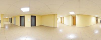360 gradi sferici della proiezione di panorama, panorama in corridoio lungo vuoto interno con le porte ed entrate alle stanze dif Immagine Stock
