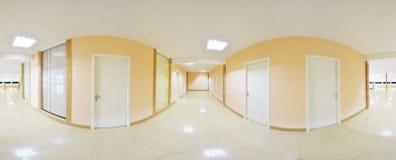 360 gradi sferici della proiezione di panorama, corridoio lungo vuoto interno con le porte ed entrate alle stanze differenti Immagini Stock