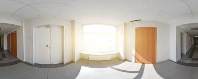 360 gradi sferici della proiezione di panorama, corridoio lungo vuoto interno con le porte ed entrate a stanza differente Immagini Stock