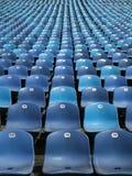 Gradins au soleil bleus au stade Photos libres de droits