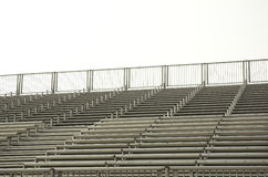 Gradins au soleil vides pour une manifestation sportive Image stock