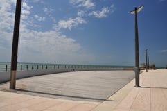 Grado,意大利 空的海边散步 免版税库存照片