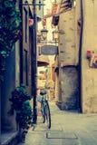 Grado-Friuli Venezia Giulia-italienare gränd med cykeln Fotografering för Bildbyråer