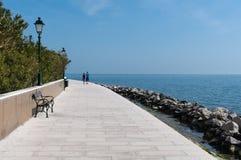 Grado, Italia: 'promenade' a lo largo del mar Fotos de archivo