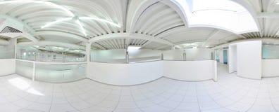 360 grados esféricos de la proyección del panorama, en pasillo largo vacío interior con las puertas y las entradas a diversos cua fotografía de archivo