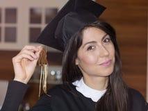 Graduação bonita da faculdade da jovem mulher imagem de stock