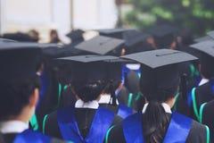Graduação, chapéus da posse do estudante à disposição durante o sucesso do começo imagem de stock royalty free