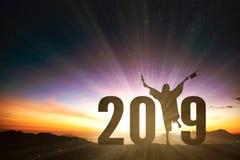 Graduação fêmea bem sucedida com um conceito de 2019 anos imagens de stock