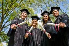 Graduação: Vista acima no grupo de graduados imagens de stock royalty free