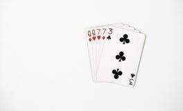 Graduación de la mano de póker, naipes del sistema de símbolo en casino: dos pares, reina, siete en el fondo blanco, extracto de  Foto de archivo libre de regalías