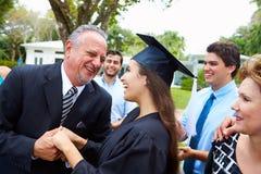Graduación hispánica de And Family Celebrating del estudiante Fotografía de archivo libre de regalías