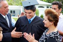 Graduación hispánica de And Family Celebrating del estudiante Foto de archivo