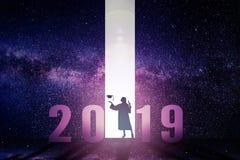 graduación que se coloca con concepto del Año Nuevo 2019 imágenes de archivo libres de regalías