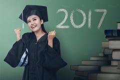 Graduado asiático da mulher com número 2017 Imagens de Stock Royalty Free