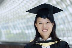 Graduado chino asiático sonriente de la señora Fotografía de archivo libre de regalías