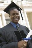 Graduado con el diploma fuera del retrato de la universidad Fotos de archivo libres de regalías