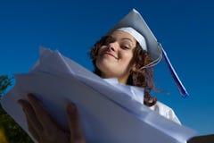 Graduado con el montón de papeles Fotografía de archivo