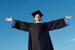 Graduado con los brazos abiertos al aire libre Fotos de archivo libres de regalías
