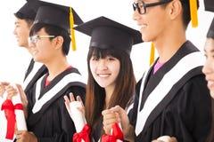 Graduado de faculdade fêmea asiático na graduação com classe fotos de stock royalty free
