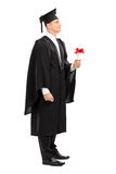 Graduado de faculdade orgulhoso que guarda um diploma Imagens de Stock