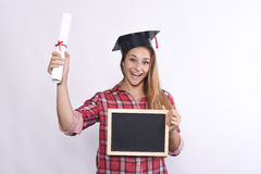 Graduado de la chica joven con la pizarra y el diploma Foto de archivo