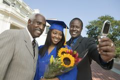 Graduado de la hembra con la familia que toma Selfportrait fotos de archivo libres de regalías
