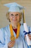 Graduado de la hembra con la medalla y el certificado Fotografía de archivo