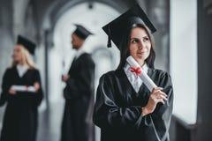 Graduado de la hembra en universidad Imagen de archivo libre de regalías