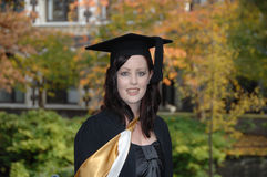Graduado de la mujer joven foto de archivo