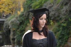 Graduado de la mujer joven imagenes de archivo