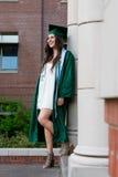 Graduado de la universidad en campus en Oregon Imágenes de archivo libres de regalías