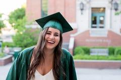 Graduado de la universidad en campus en Oregon Foto de archivo libre de regalías