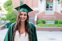Graduado de la universidad en campus en Oregon Imagen de archivo libre de regalías