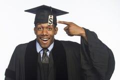 Graduado de universidad afroamericano joven con el precio de la deuda de la cuota, horizontal foto de archivo